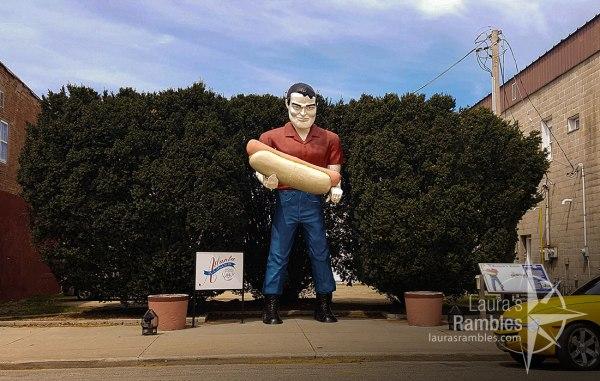 Paul Bunyan statue holding a hot dog in Atlanta, IL
